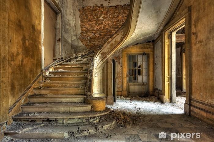 Kendinden Yapışkanlı Duvar Resmi Terk edilmiş bir fabrikada büyük taş merdiven -