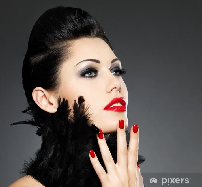 e7b0bb4577 Vinilo para Mesa y Escritorio La mujer con las uñas de color rojo y el  peinado creativo