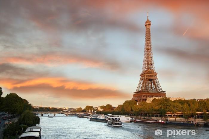 Fototapeta winylowa Wieża Eiffla z łodzi na Siene w Paryż, Francja - Tematy