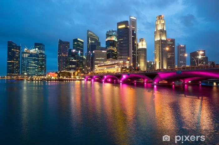 Fototapeta winylowa Singapur - 23 kwietnia: Singapur skyline świeci w nocy. Si - Pejzaż miejski