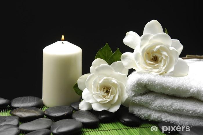 Fotomural Estándar Blanco Gardenia y piedras con una toalla y una vela en colchoneta verde - Destinos