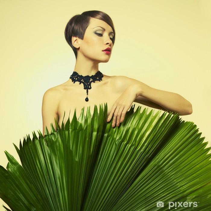 Vinyl-Fototapete Schöne Dame mit Palmblättern - Beauty und Körperpflege