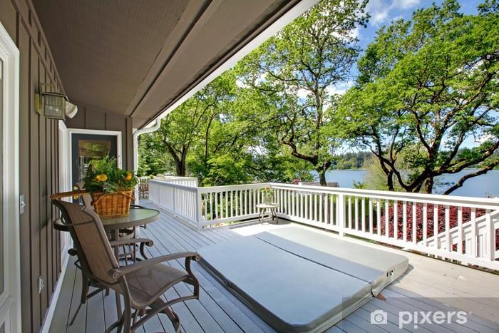 Fototapeta winylowa Duże długi balkon na dom z wanną z hydromasażem - Budynki prywatne