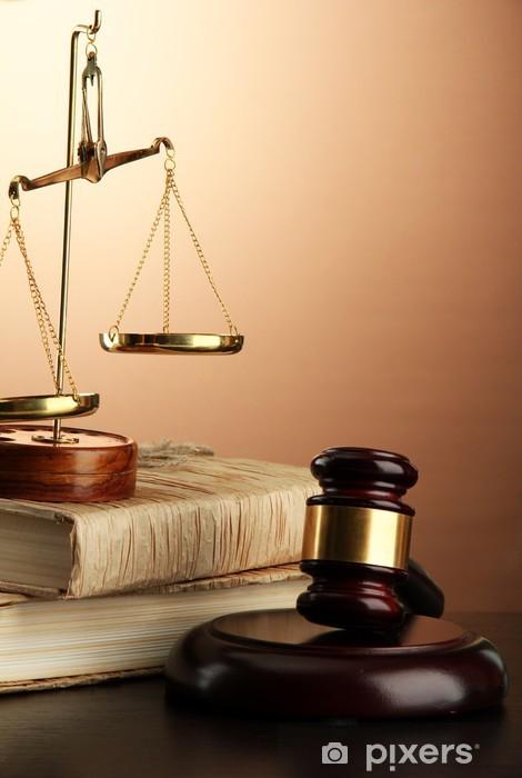 Papier peint vinyle Écailles d'or de la justice, marteau et de livres sur fond brun - Autres objets