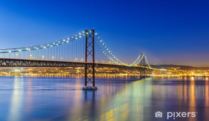 Fototapeta winylowa Nocny widok z Lizbony i 25 de Abril Bridge, Portugalia - Tematy