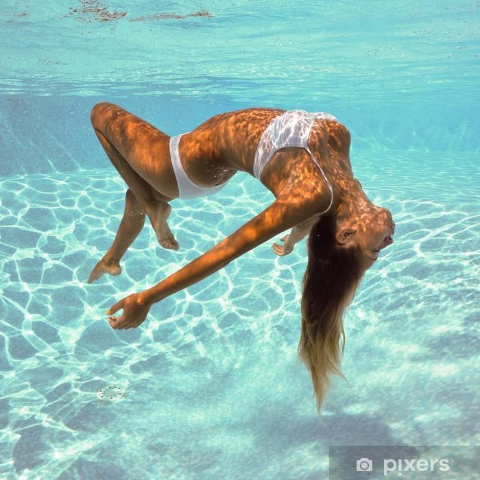 Póster Retrato de la niña bajo el agua posando con bikini blanco. - Belleza y cuidado personal