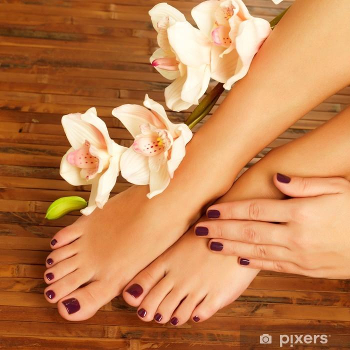 Adesivo Pixerstick Piedi femminili al salone della stazione termale sulla procedura da pedicure -