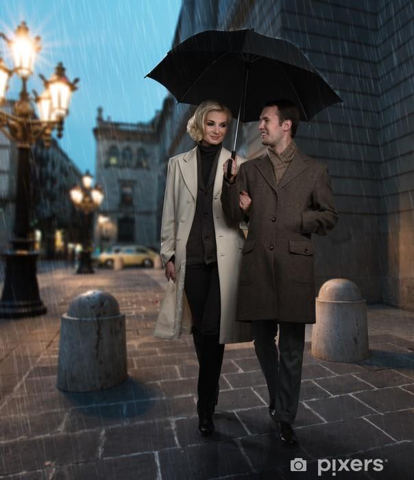 Papier peint vinyle Couple élégant avec un parapluie en plein air sur soirée pluvieuse - Autres