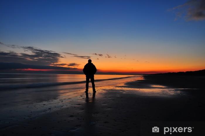 Fotomural Estándar Un hombre en la puesta de sol - Casa y jardín