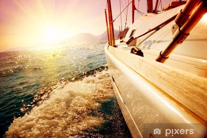 Fotomural Estándar Velero contra la puesta de sol. Velero. Yachting. Navegación - Mar y océano