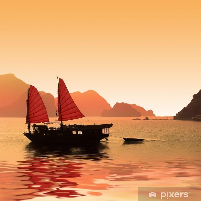 Jonque dans la baie d'Halong - Vietnam Poster - Asia