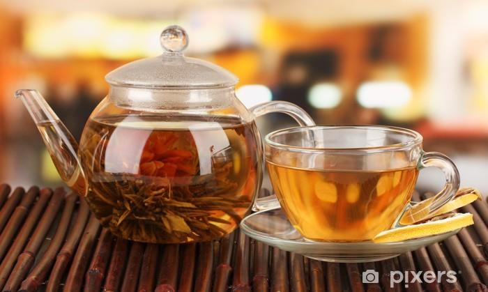 Fototapeta winylowa Egzotyczne zielona herbata z kwiatami w imbryku szkła - Gorące napoje