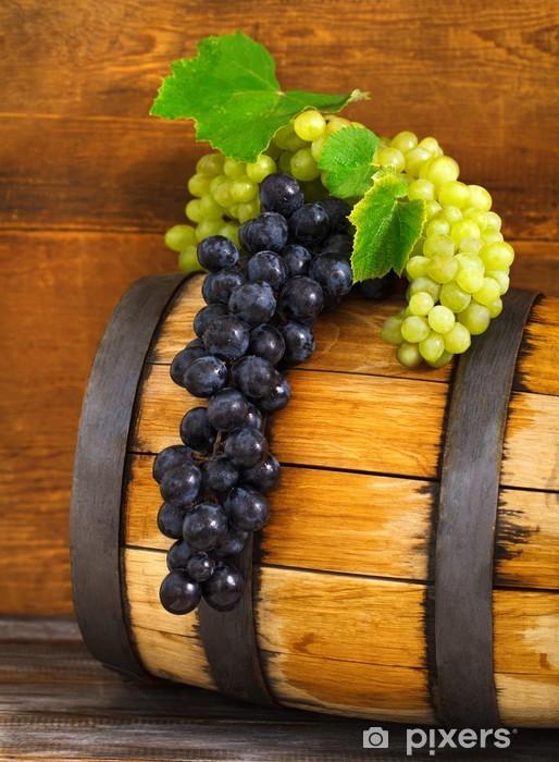 Fotomural Estándar Naturaleza muerta con barril decorado uvas rojas y blancas - Comida