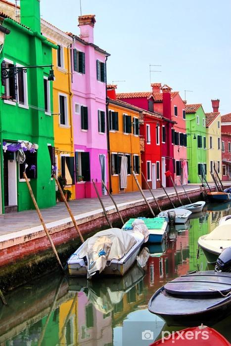 Fototapeta winylowa Kolorowe domy wzdłuż kanału w Burano, niedaleko Wenecji, Włochy - Tematy