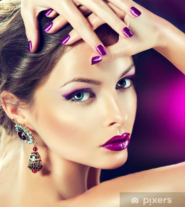 Papier peint vinyle Beau modèle de mode dans les bijoux et manucure lilaс - Femmes