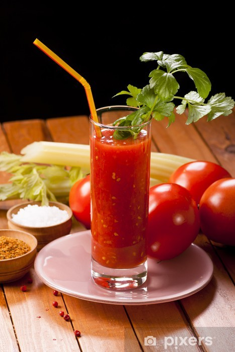 Fototapeta winylowa Sok pomidorowy na stole - Soki