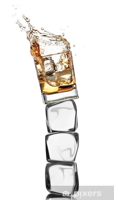 Schrankaufkleber Whiskey Glas Auf Eiswürfel Isoliert Auf Weißem Hintergrund