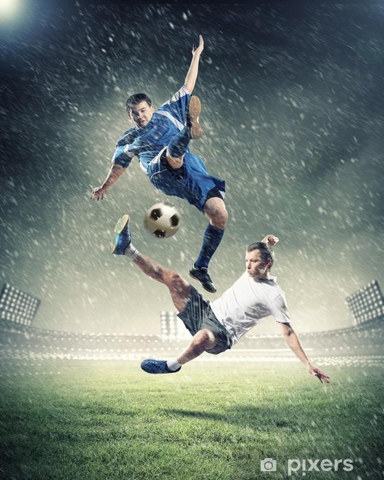 Papier peint vinyle Deux joueurs de football de frapper la balle -