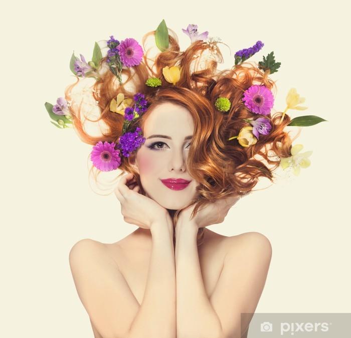 Fototapeta winylowa Piękne dziewczyny rude z kwiatów samodzielnie. -