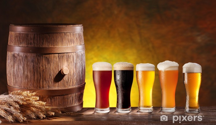 Fototapeta winylowa Szklanki do piwa z drewnianej beczce. - Do restauracji