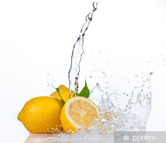Fototapeta winylowa Świeże cytryny z odrobiną wody, na białym tle - Owoce