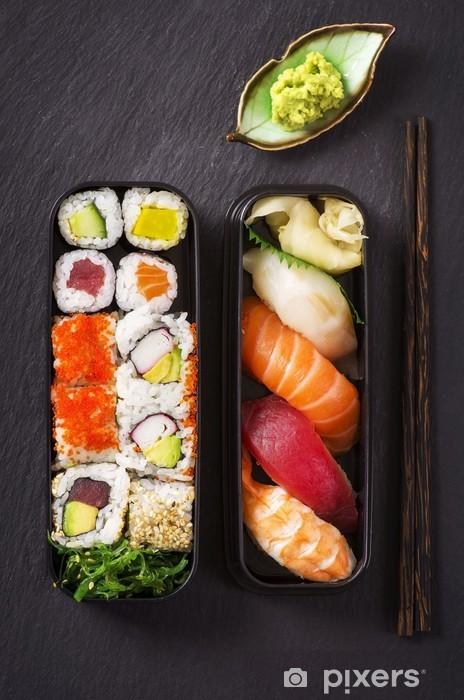 Fototapeta winylowa Bento box z sushi i rolkach - Sushi