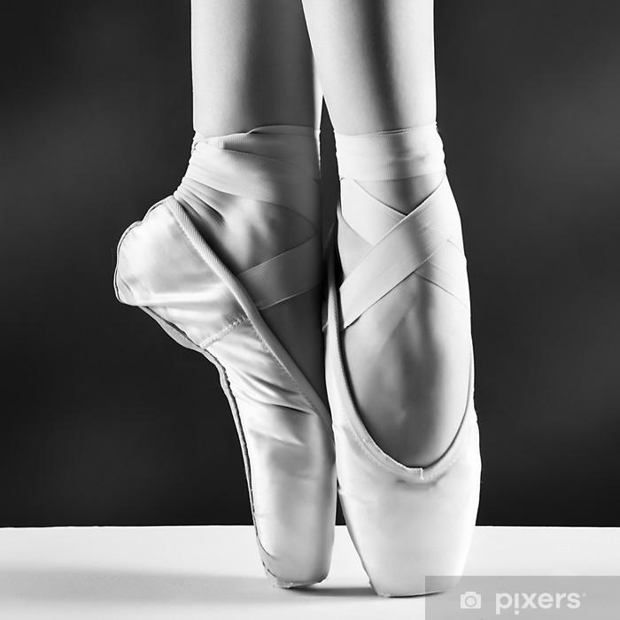 Naklejka Pixerstick Zdjęcie pointes, baleriny w na tle czarnym - Style