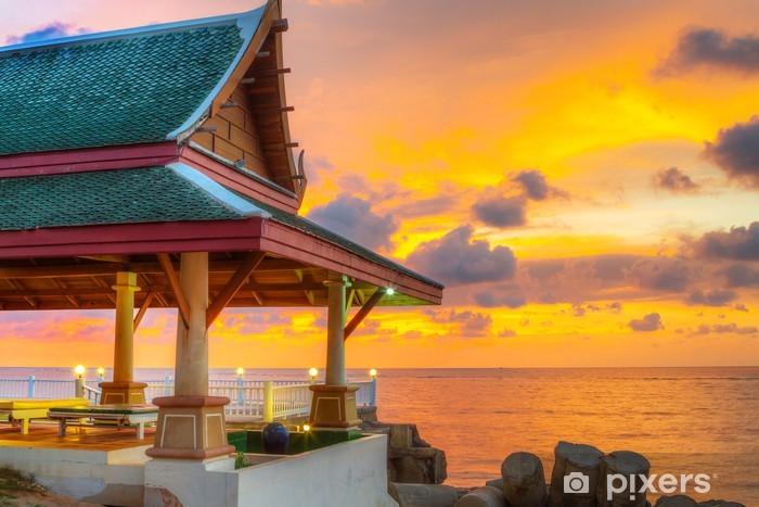 Nálepka Pixerstick Orientální thajské architektury na pláži při západu slunce - Asie