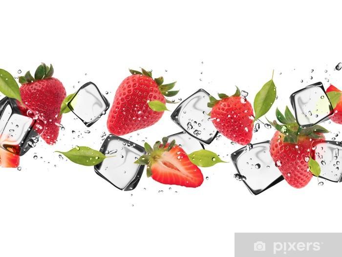 Sticker Pixerstick Fraises avec des cubes de glace, isolé sur fond blanc - Sticker mural
