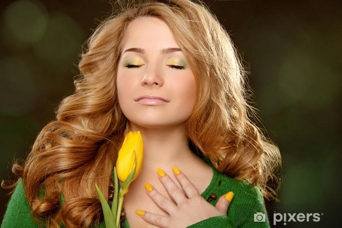 Carta da Parati in Vinile Ritratto di donna bella con il tulipano su sfondo  nero - b6f7fd109165