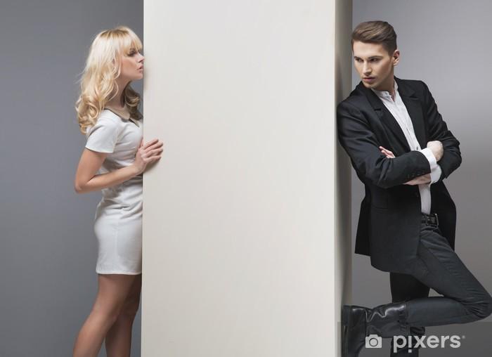 Papier peint vinyle Séduisante femme blonde en essayant d'attraper son petit ami - Couples
