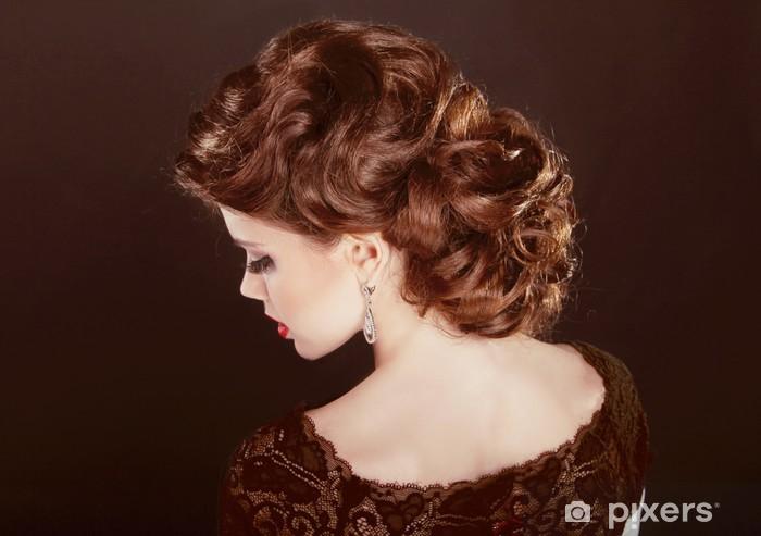 Hiukset. aaltoileva kampaus. kaunis tyttö ruskeat kiharat hiukset. parantaa  Vinyyli valokuvatapetti 867cf8d27c