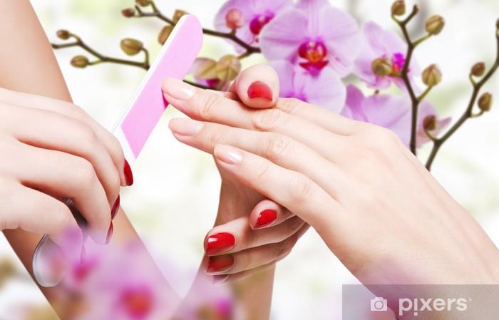 Fototapeta winylowa Delikatna pielęgnacja paznokci w salonie kosmetycznym -
