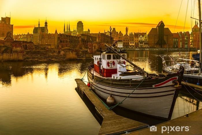 Tvättbar Fototapet Gdansk - den historiska polska staden vid solnedgången. - Teman