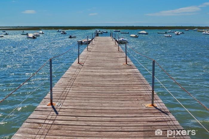 Naklejka Pixerstick Drewniany most w porcie w morzu na łodzi. - Wakacje