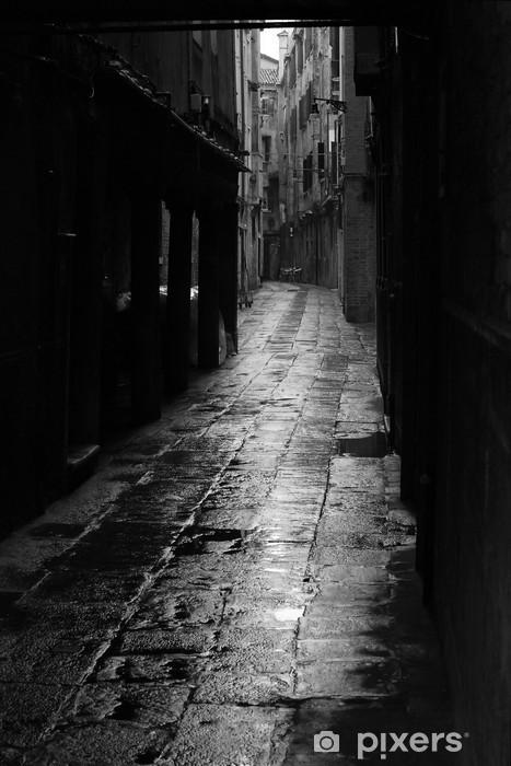 Fototapeta winylowa Ciemna uliczka w Wenecji - Tematy