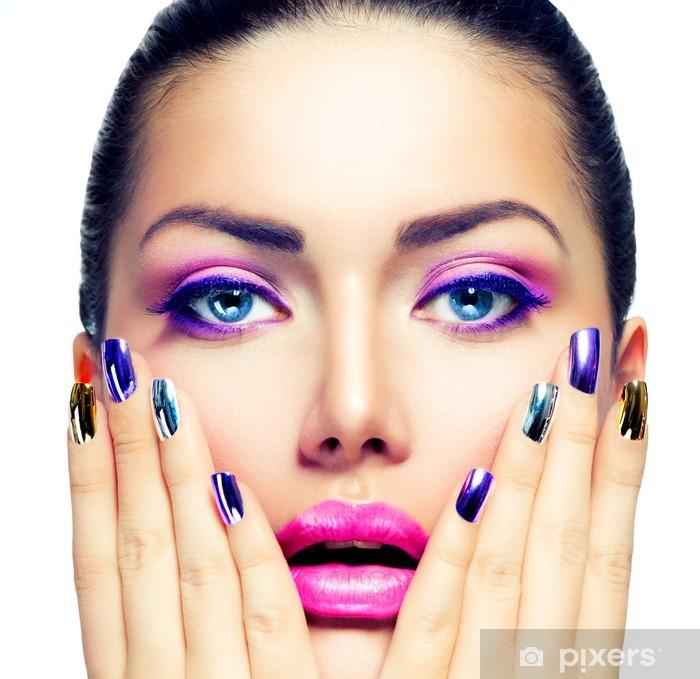 Vinyl Fotobehang Beauty Make-up. Paars Make-up en kleurrijke Bright Nails - Vrouwen
