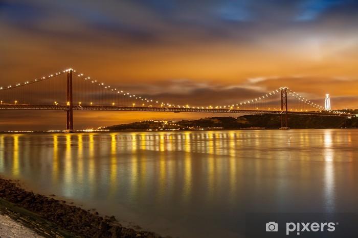 Vinilo Pixerstick 25 de Abril del puente sobre el río Tajo en Lisboa en la noche - Temas