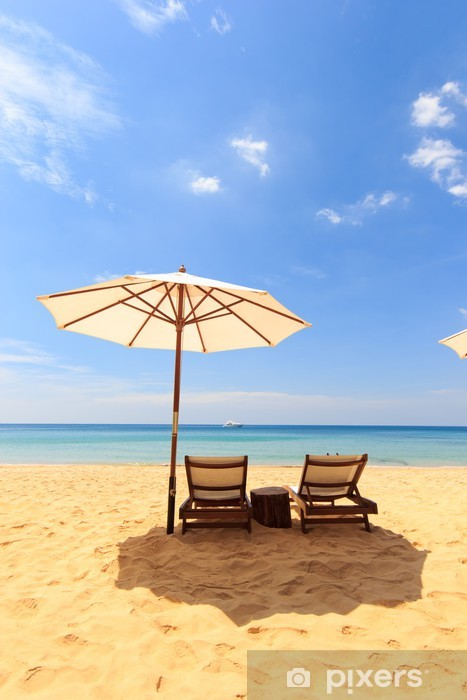 Vinilo Pixerstick Camas y sombrilla en la playa - Vacaciones