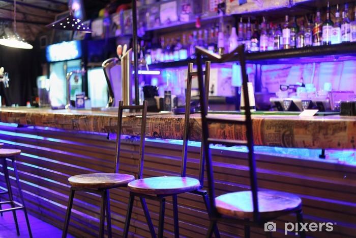Carta da parati metallo insolito sgabelli da bar stand vicino