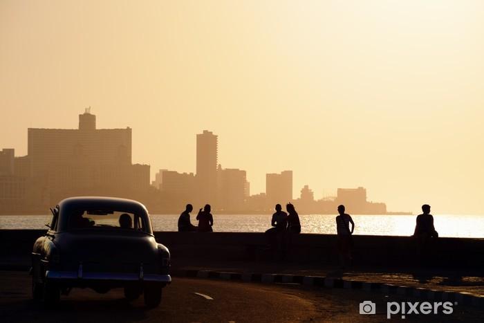Fototapeta winylowa Ludzie i panoramę Hawanie, na Kubie, na zachodzie słońca - Kuba