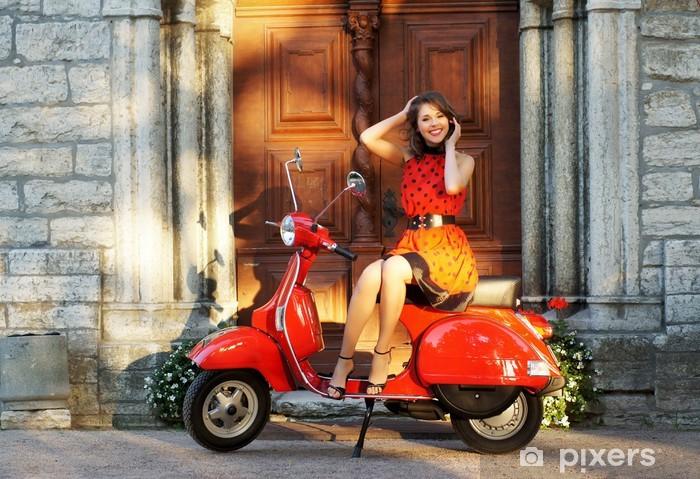 Fotomural Estándar Foto de la vendimia de una mujer joven y hermosa y una vieja vespa - Deportes de exterior