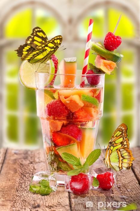 Papier peint vinyle Frischer Fruchtcocktail am Fenster mit Schmetterlingen - Alcool