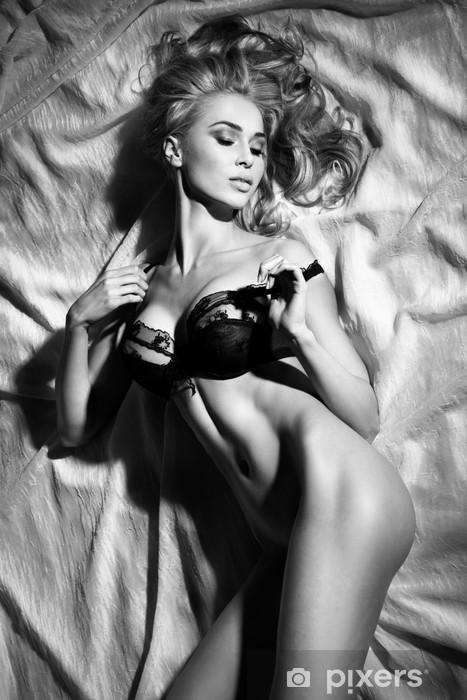 Fototapeta winylowa Portret sensual blond Sleeping Lady w sexy pozy. - Bielizna