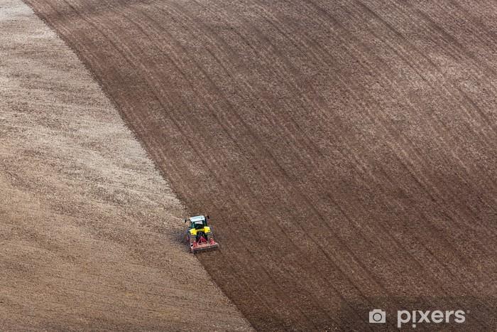 Papier peint vinyle Tracteur labourant un champ - Agriculture