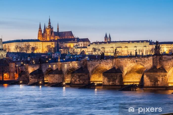 Fotomural Estándar Puente de Carlos y el Castillo de Praga en la oscuridad - Praga