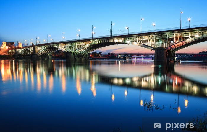 Vinilo Pixerstick Puente iluminado por la noche y se refleja en el agua - Temas