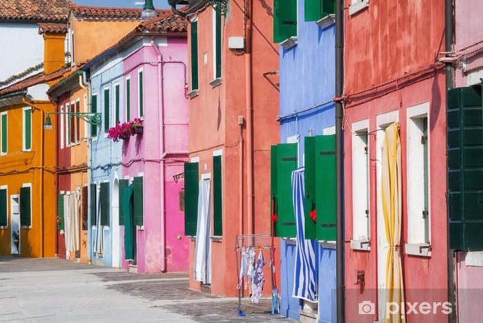 Fotomural Estándar Sunny calle con edificios de colores en Burano, Italia. - Ciudades europeas