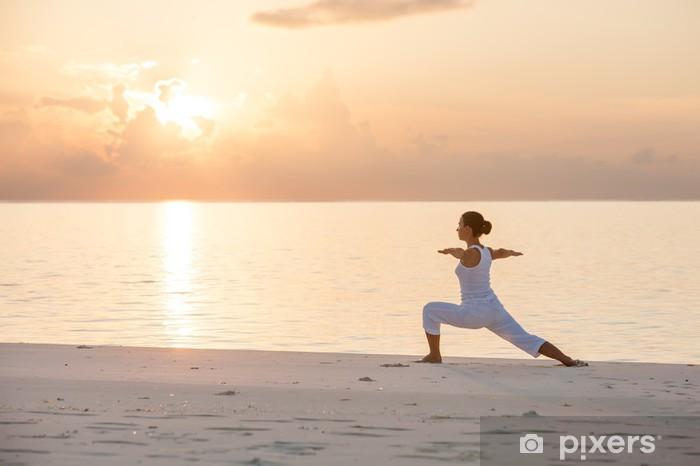 Fototapeta winylowa Kaukaski kobieta uprawiania jogi na brzegu morza - Zdrowie