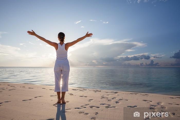 Papier peint vinyle Caucasien femme pratiquant le yoga au bord de la mer - Santé